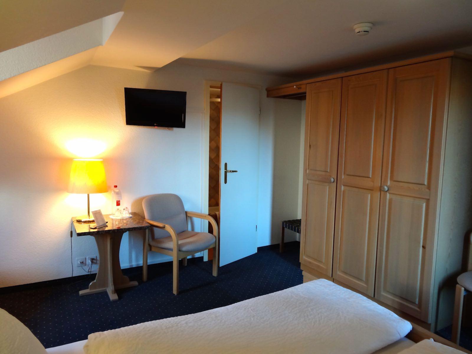 http://hoteljungfrau.ch/wp-content/uploads/2014/09/economy-zimmer-4.jpg