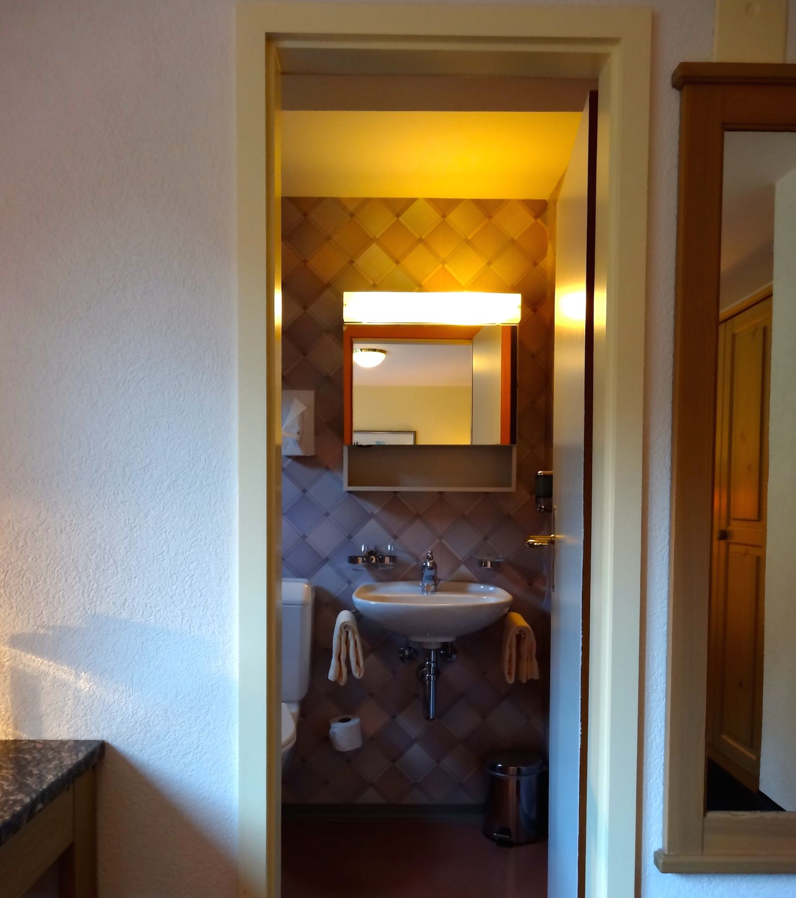 http://hoteljungfrau.ch/wp-content/uploads/2014/11/standard-zimmer-5.jpg